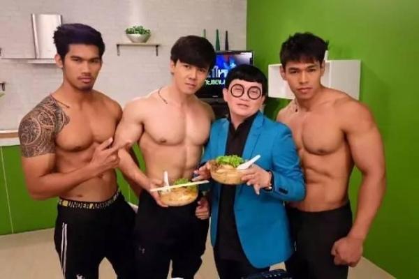 泰国这家面店站了个肌肉猛男,妹子们争相来吃面!