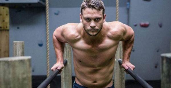 双杠上的肌肉男神,5种实用的双杠动作,助你练出一身腱子肉