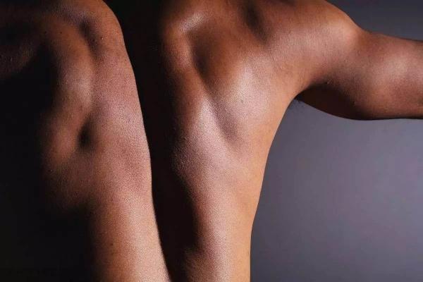 男人肩宽才够味,那么究竟如何才能练就宽肩?