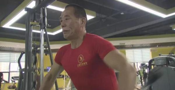 26岁健身,64岁开始撸铁练肌肉,67岁的他过得比谁都年轻!