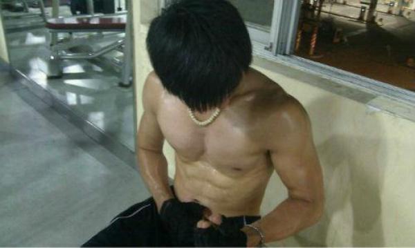 励志:排骨男增重25斤变身肌肉男,晒健身计划及饮食计划!